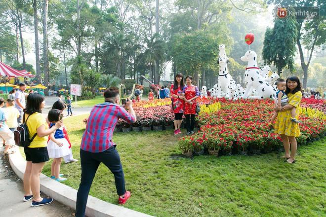 Ngày đầu tiên của kỳ nghỉ Tết âm lịch: Mặc trời nắng nóng, hàng trăm người dân ở Sài Gòn vẫn kéo nhau lên phố chụp ảnh - Ảnh 17.