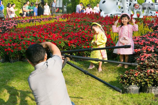 Ngày đầu tiên của kỳ nghỉ Tết âm lịch: Mặc trời nắng nóng, hàng trăm người dân ở Sài Gòn vẫn kéo nhau lên phố chụp ảnh - Ảnh 18.
