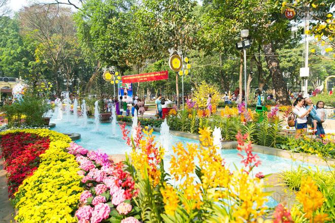 Ngày đầu tiên của kỳ nghỉ Tết âm lịch: Mặc trời nắng nóng, hàng trăm người dân ở Sài Gòn vẫn kéo nhau lên phố chụp ảnh - Ảnh 22.
