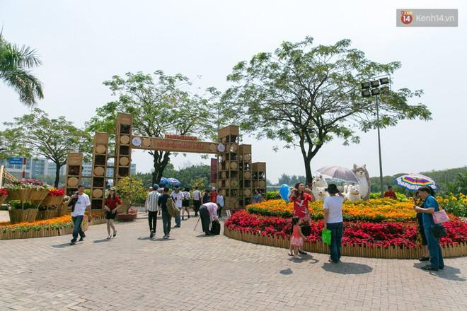 Ngày đầu tiên của kỳ nghỉ Tết âm lịch: Mặc trời nắng nóng, hàng trăm người dân ở Sài Gòn vẫn kéo nhau lên phố chụp ảnh - Ảnh 23.