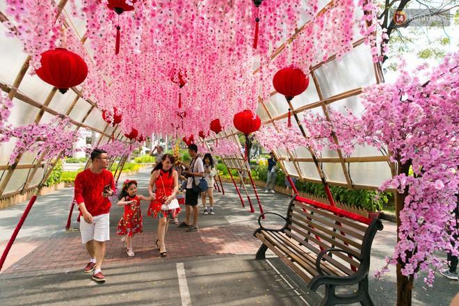 Ngày đầu tiên của kỳ nghỉ Tết âm lịch: Mặc trời nắng nóng, hàng trăm người dân ở Sài Gòn vẫn kéo nhau lên phố chụp ảnh - Ảnh 24.