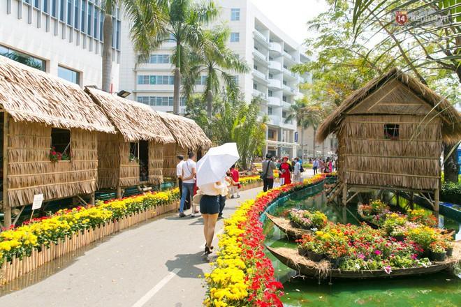 Ngày đầu tiên của kỳ nghỉ Tết âm lịch: Mặc trời nắng nóng, hàng trăm người dân ở Sài Gòn vẫn kéo nhau lên phố chụp ảnh - Ảnh 26.