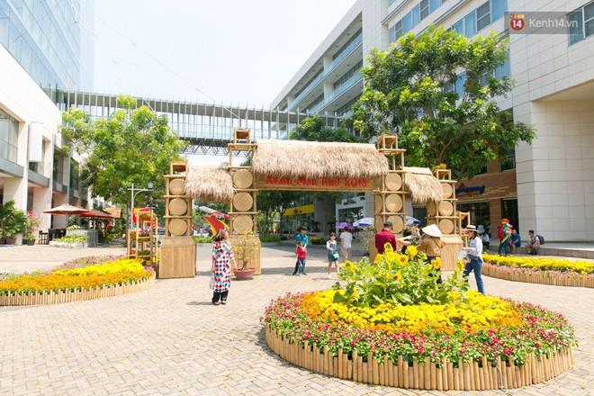 Ngày đầu tiên của kỳ nghỉ Tết âm lịch: Mặc trời nắng nóng, hàng trăm người dân ở Sài Gòn vẫn kéo nhau lên phố chụp ảnh - Ảnh 27.