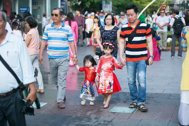 Ngày đầu tiên của kỳ nghỉ Tết âm lịch: Mặc trời nắng nóng, hàng trăm người dân ở Sài Gòn vẫn kéo nhau lên phố chụp ảnh - Ảnh 8.