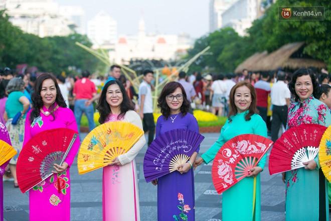 Ngày đầu tiên của kỳ nghỉ Tết âm lịch: Mặc trời nắng nóng, hàng trăm người dân ở Sài Gòn vẫn kéo nhau lên phố chụp ảnh - Ảnh 9.