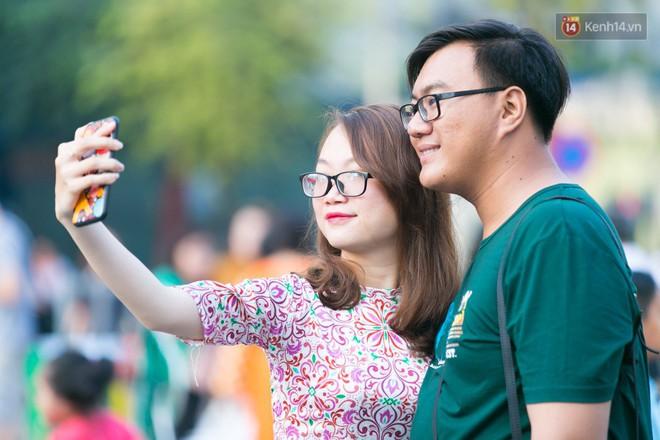 Ngày đầu tiên của kỳ nghỉ Tết âm lịch: Mặc trời nắng nóng, hàng trăm người dân ở Sài Gòn vẫn kéo nhau lên phố chụp ảnh - Ảnh 10.