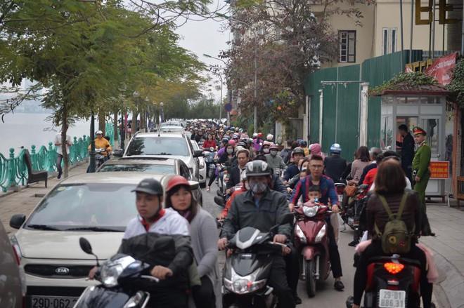 Mùng 1 đẹp trời, người Hà Nội đổ ra đường du xuân, nhiều phố tắc nghẽn - Ảnh 2.