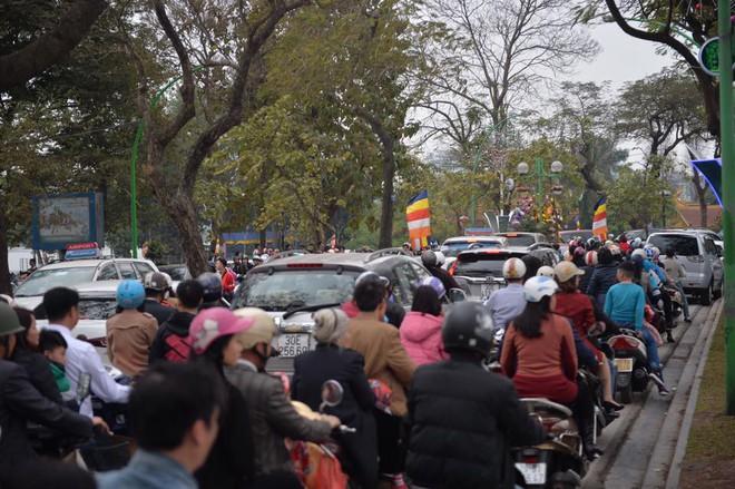 Mùng 1 đẹp trời, người Hà Nội đổ ra đường du xuân, nhiều phố tắc nghẽn - Ảnh 4.