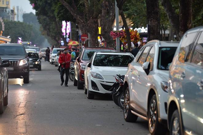 Mùng 1 đẹp trời, người Hà Nội đổ ra đường du xuân, nhiều phố tắc nghẽn - Ảnh 7.