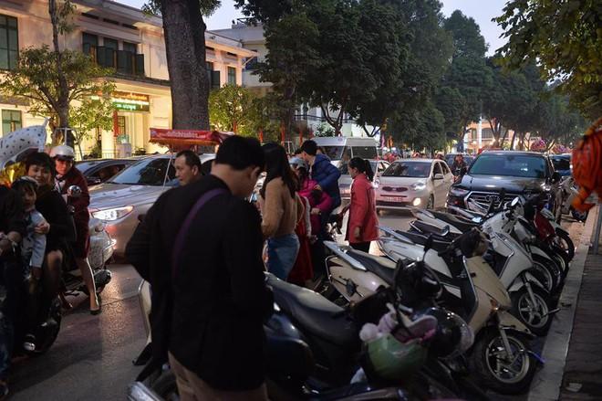 Mùng 1 đẹp trời, người Hà Nội đổ ra đường du xuân, nhiều phố tắc nghẽn - Ảnh 8.