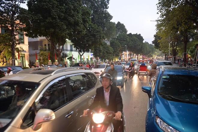 Mùng 1 đẹp trời, người Hà Nội đổ ra đường du xuân, nhiều phố tắc nghẽn - Ảnh 9.