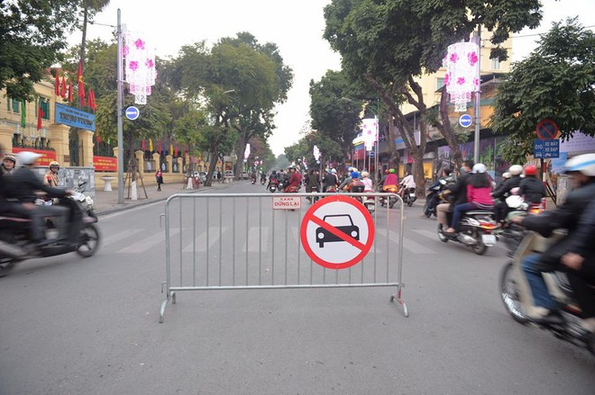 Mùng 1 đẹp trời, người Hà Nội đổ ra đường du xuân, nhiều phố tắc nghẽn - Ảnh 11.