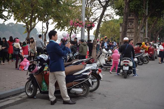 Mùng 1 đẹp trời, người Hà Nội đổ ra đường du xuân, nhiều phố tắc nghẽn - Ảnh 10.