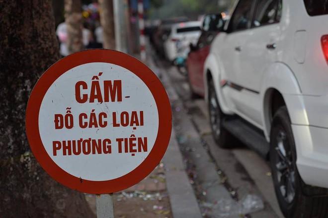 Mùng 1 đẹp trời, người Hà Nội đổ ra đường du xuân, nhiều phố tắc nghẽn - Ảnh 12.