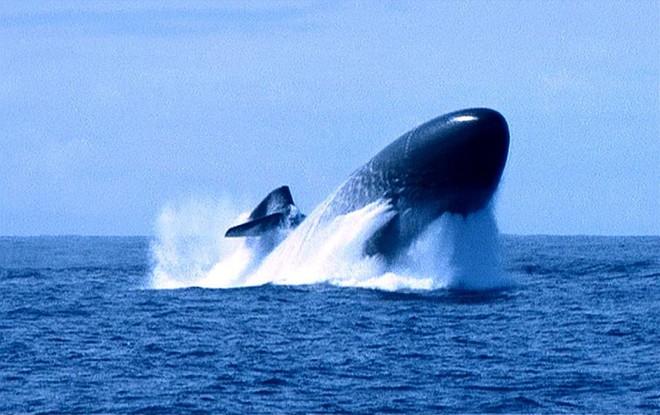 Hình ảnh hiếm về tàu ngầm Kilo 636 VN: Khoang vũ khí và hành trình rẽ sóng trên mặt nước - Ảnh 2.