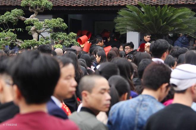 Hàng ngàn người đổ về Văn Miếu – Quốc Tử Giám xin chữ - Ảnh 10.