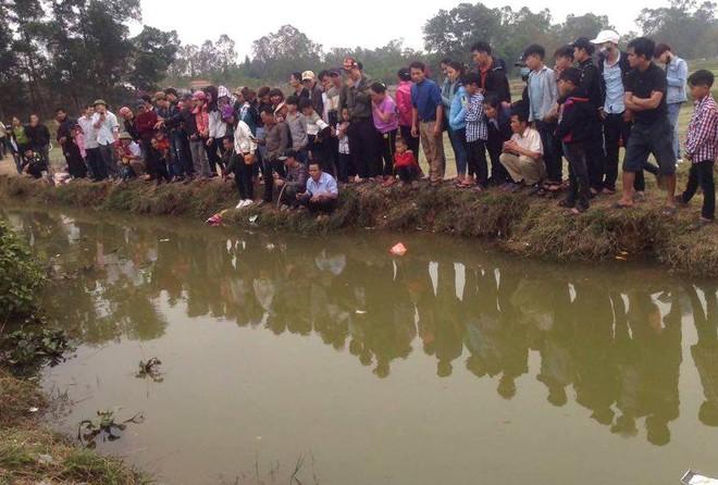 Người dân đổ xô đến xem một con cá nổi dưới mương ngày Tết - Ảnh 6.