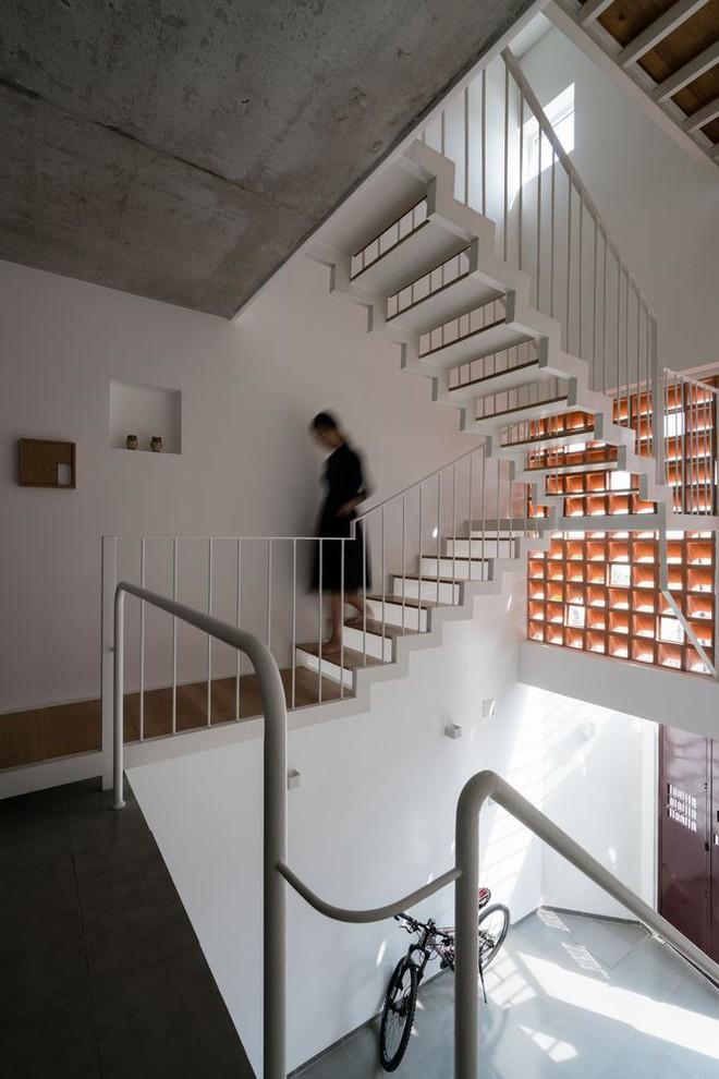 Báo Mỹ viết về ngôi nhà siêu hẹp, siêu méo nhưng đẹp như kiệt tác kiến trúc ở Sài Gòn - Ảnh 5.