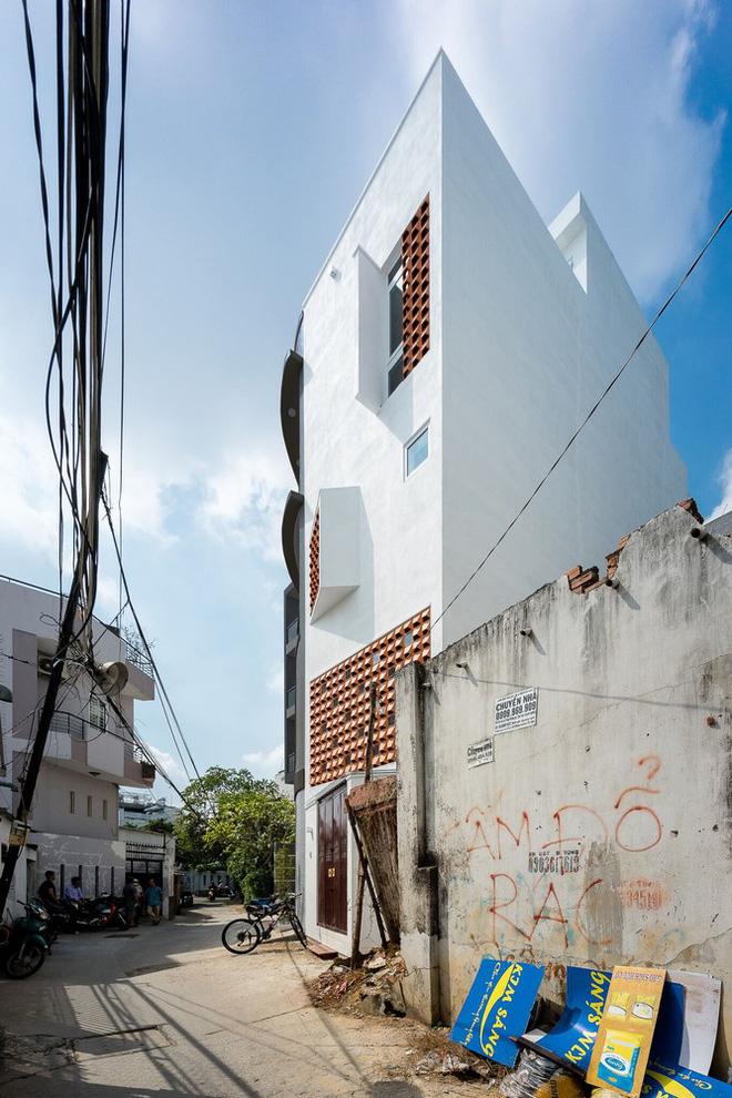 Báo Mỹ viết về ngôi nhà siêu hẹp, siêu méo nhưng đẹp như kiệt tác kiến trúc ở Sài Gòn - Ảnh 1.