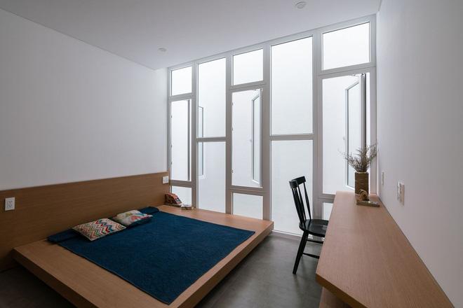 Báo Mỹ viết về ngôi nhà siêu hẹp, siêu méo nhưng đẹp như kiệt tác kiến trúc ở Sài Gòn - Ảnh 10.