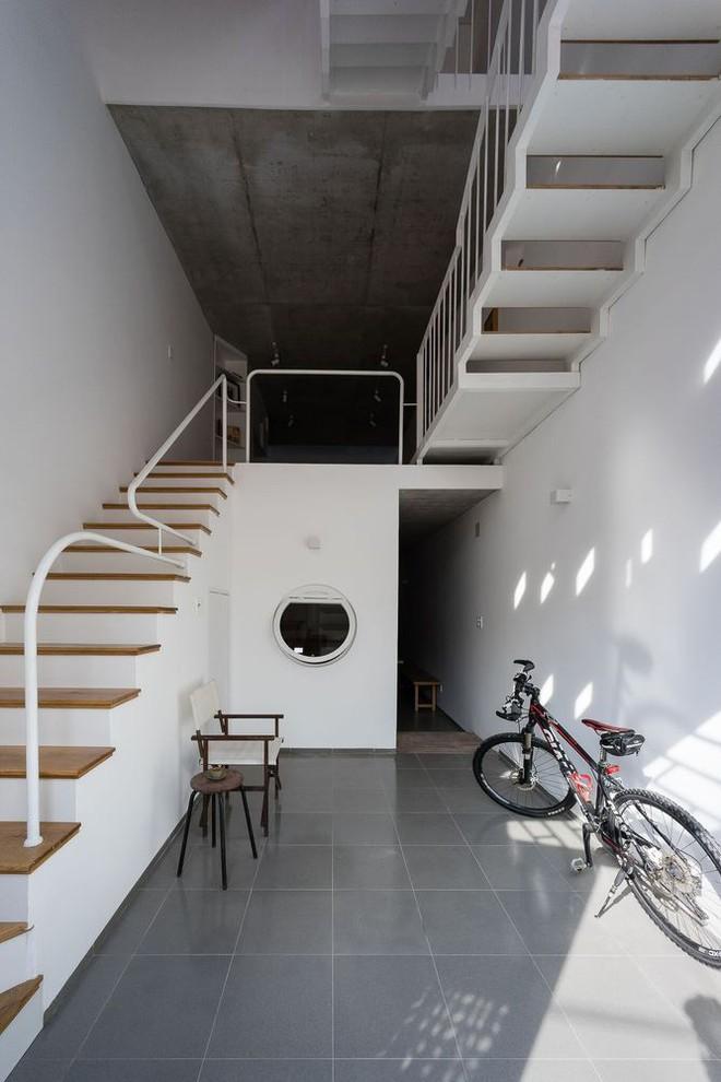 Báo Mỹ viết về ngôi nhà siêu hẹp, siêu méo nhưng đẹp như kiệt tác kiến trúc ở Sài Gòn - Ảnh 3.