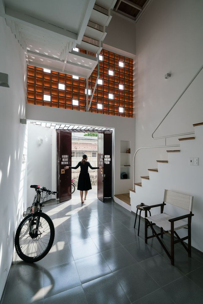 Báo Mỹ viết về ngôi nhà siêu hẹp, siêu méo nhưng đẹp như kiệt tác kiến trúc ở Sài Gòn - Ảnh 4.