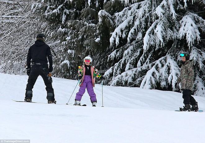 Công chúa nhỏ Harper Beckham diện đồ cực xinh trổ tài trượt tuyết cùng bố và anh trai - Ảnh 11.