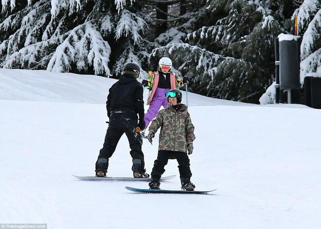 Công chúa nhỏ Harper Beckham diện đồ cực xinh trổ tài trượt tuyết cùng bố và anh trai - Ảnh 3.