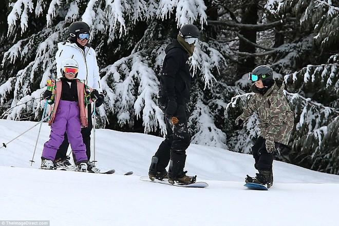 Công chúa nhỏ Harper Beckham diện đồ cực xinh trổ tài trượt tuyết cùng bố và anh trai - Ảnh 6.