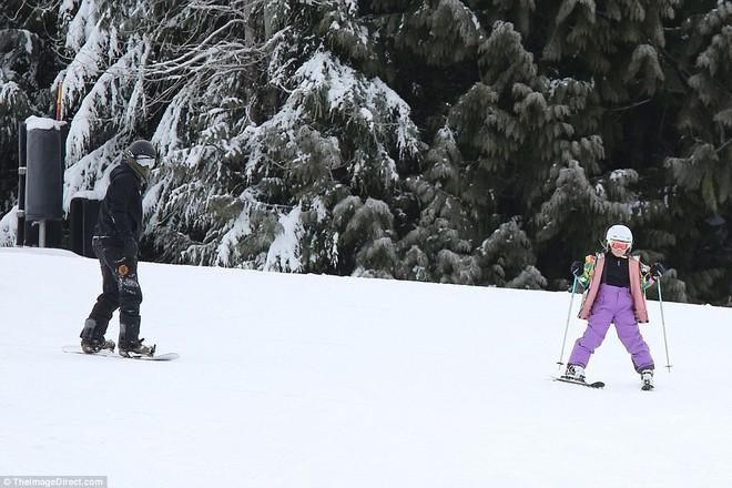 Công chúa nhỏ Harper Beckham diện đồ cực xinh trổ tài trượt tuyết cùng bố và anh trai - Ảnh 9.