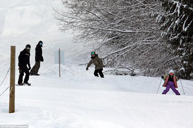 Công chúa nhỏ Harper Beckham diện đồ cực xinh trổ tài trượt tuyết cùng bố và anh trai - Ảnh 10.