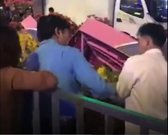 Bảo vệ ngăn cản người đàn ông mót hoa ở đường hoa Nguyễn Huệ - Ảnh 1.