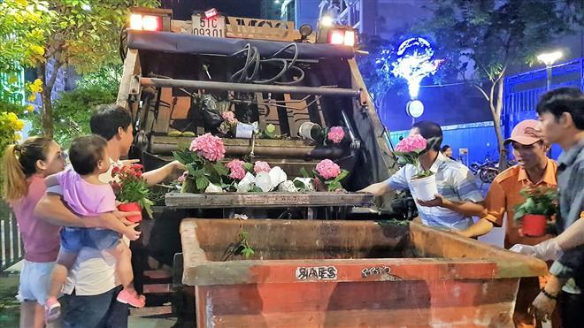 Bảo vệ ngăn cản người đàn ông mót hoa ở đường hoa Nguyễn Huệ - Ảnh 2.