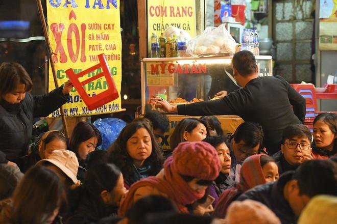 Kiếm tiền triệu nhờ cho thuê ghế ngồi dâng sao giải hạn ở chùa Phúc Khánh - Ảnh 4.