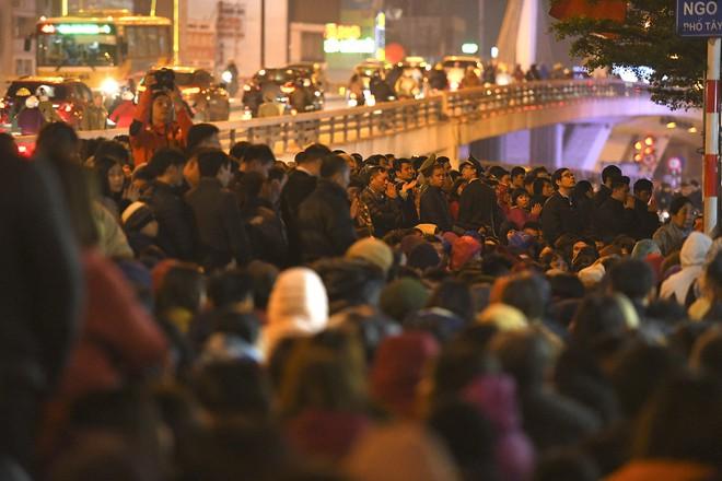 Kiếm tiền triệu nhờ cho thuê ghế ngồi dâng sao giải hạn ở chùa Phúc Khánh - Ảnh 2.