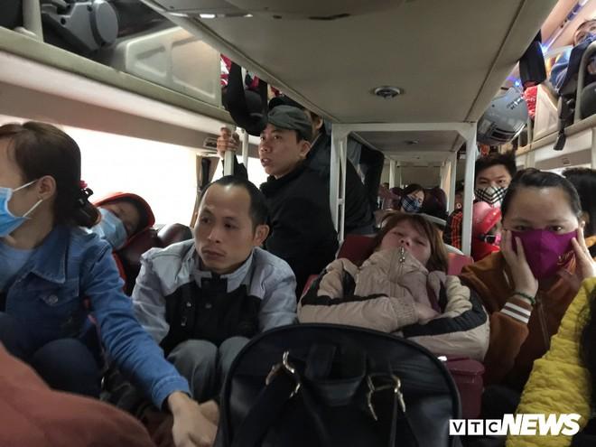 Kẻ đứng người quỳ trên xe khách giường nằm vào TP.HCM sau Tết - Ảnh 1.