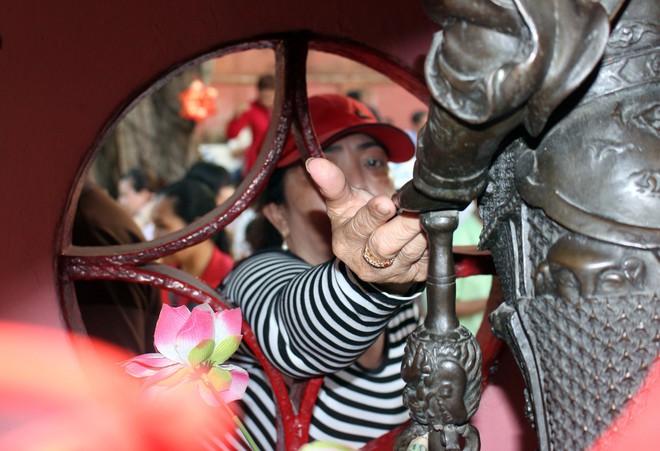 Biển người chen chúc cúng vía Thần Tài ở ngôi chùa lâu năm nhất Sài Gòn - Ảnh 13.