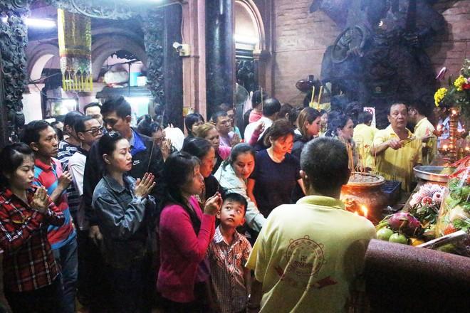Biển người chen chúc cúng vía Thần Tài ở ngôi chùa lâu năm nhất Sài Gòn - Ảnh 5.