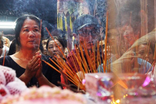 Biển người chen chúc cúng vía Thần Tài ở ngôi chùa lâu năm nhất Sài Gòn - Ảnh 7.