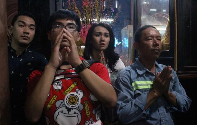 Biển người chen chúc cúng vía Thần Tài ở ngôi chùa lâu năm nhất Sài Gòn - Ảnh 11.