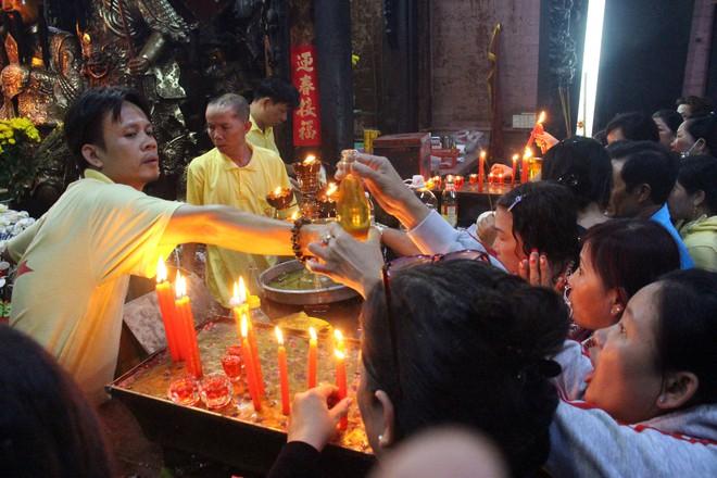Biển người chen chúc cúng vía Thần Tài ở ngôi chùa lâu năm nhất Sài Gòn - Ảnh 10.