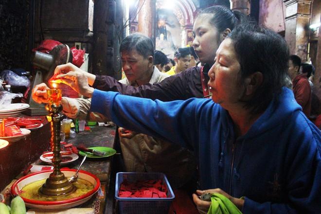 Biển người chen chúc cúng vía Thần Tài ở ngôi chùa lâu năm nhất Sài Gòn - Ảnh 9.