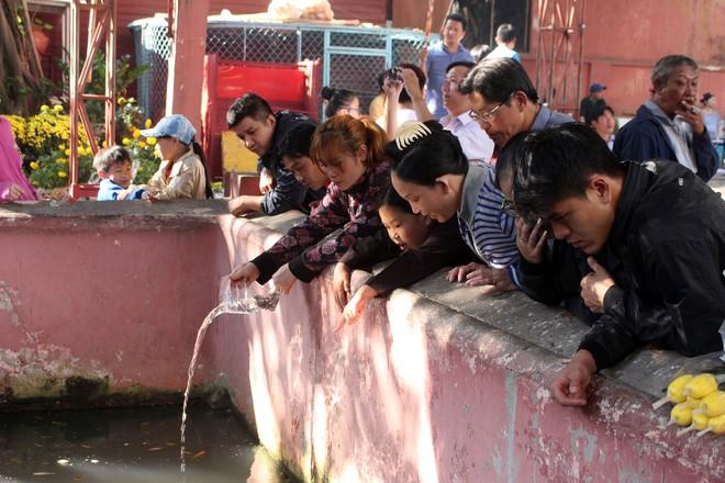 Biển người chen chúc cúng vía Thần Tài ở ngôi chùa lâu năm nhất Sài Gòn - Ảnh 15.