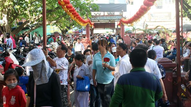 Biển người chen chúc cúng vía Thần Tài ở ngôi chùa lâu năm nhất Sài Gòn - Ảnh 18.