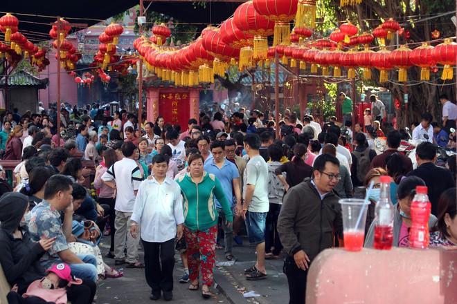 Biển người chen chúc cúng vía Thần Tài ở ngôi chùa lâu năm nhất Sài Gòn - Ảnh 1.