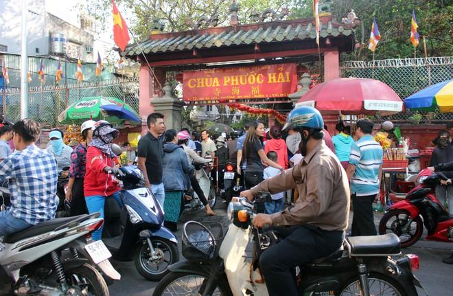 Biển người chen chúc cúng vía Thần Tài ở ngôi chùa lâu năm nhất Sài Gòn - Ảnh 2.