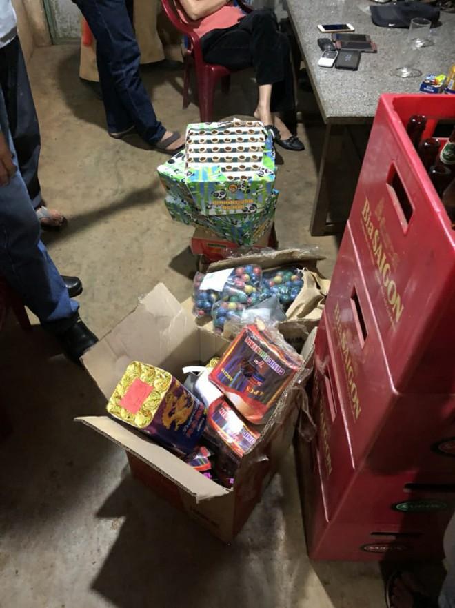 Người phụ nữ dùng xế hộp đi mua pháo lậu làm quà biếu - Ảnh 1.