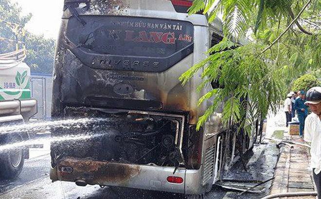 Xe khách chở 12 người bốc cháy ngùn ngụt trên đại lộ ở Sài Gòn