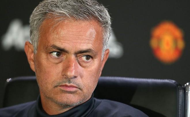 """Mourinho: """"Man City vô địch vì thắng những trận không xứng đáng thắng"""""""