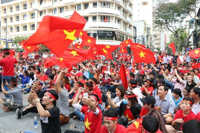 Hàng trăm bạn trẻ Sài Gòn ngồi hàng giờ dưới nắng nóng chờ giao lưu với đội tuyển U23 - Ảnh 12.